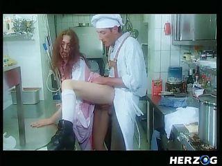 Порно зрелых на кухне